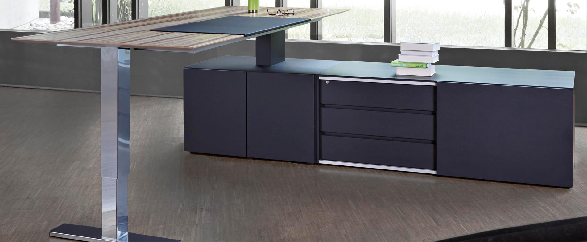 Schreibtisch elektrisch höhenverstellbar, auf Technikboard