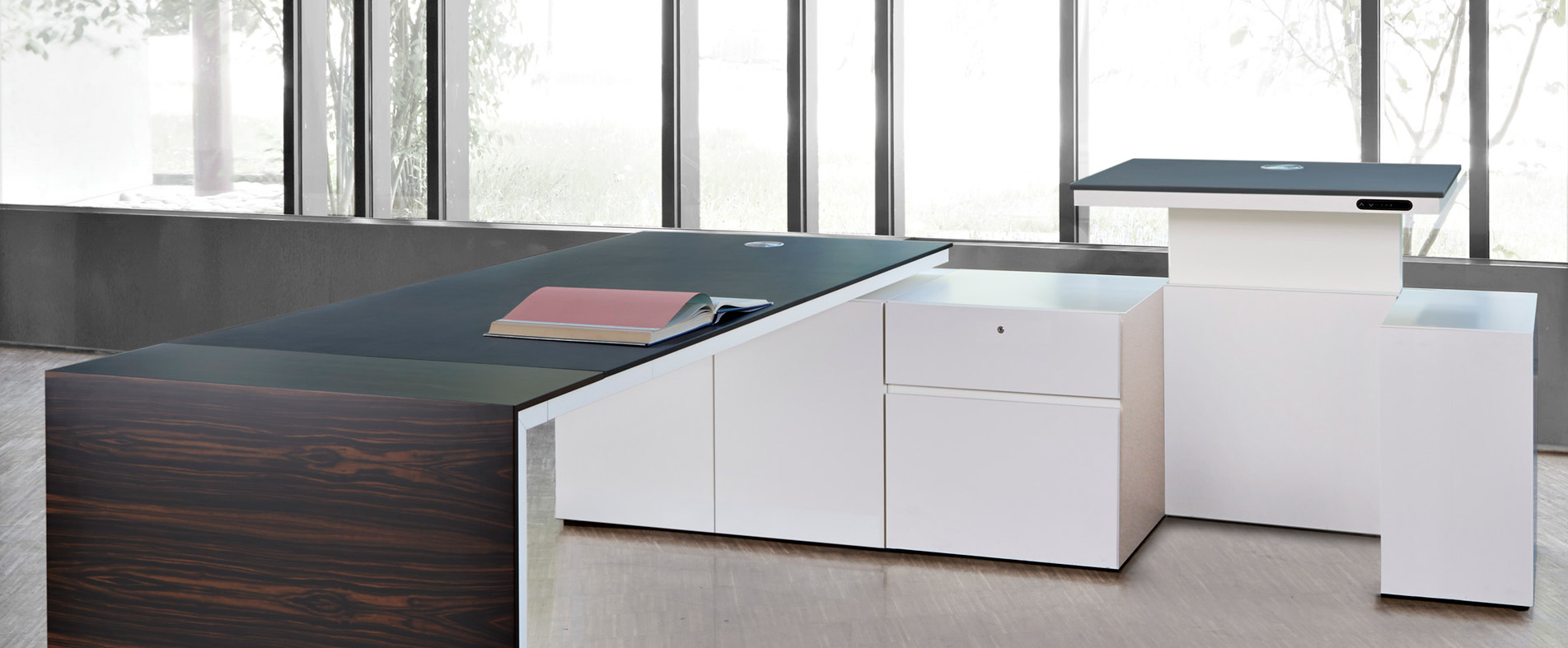 Acuros Schreibtisch auf Technikboard, Platte  elektrisch höhenverstellbar